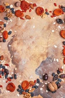健康食品ドライフルーツプルーンドライアプリコットレーズンイチジクナッツ上面図コピースペース