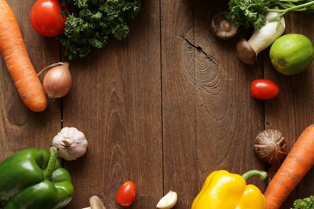 健康食品&ドリンクダイエットライフスタイル果物野菜ハーブスパイス。上面図。木製の素朴な背景。フリースペースのテキストレイアウト。