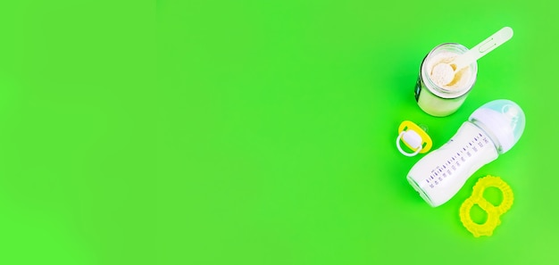 赤ちゃんのための健康食品。緑の背景。セレクティブフォーカス。