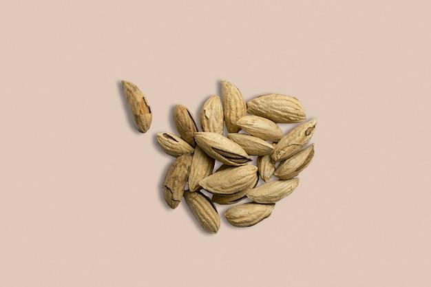 背景画像の健康食品はアーモンドナッツをクローズアップします。白灰色のテーブルトップビューのテクスチャ。