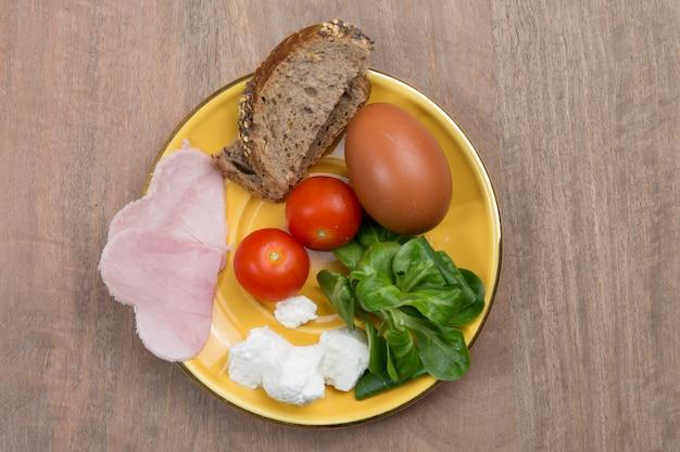 Здоровая пища для диеты, как хлебный салат, помидоры, яйца, ветчина, на обед