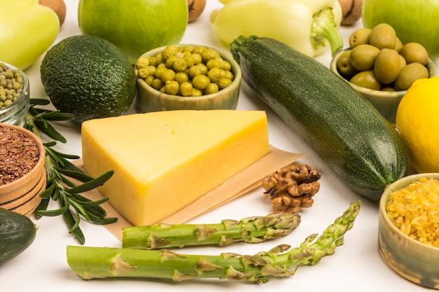다이어트를위한 건강 식품. 치즈 녹색 채소, 퀴 노아 불거, 병아리 콩, 아마 아몬드