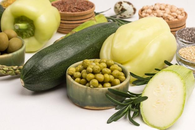 다이어트, 녹색 채소, 퀴 노아 불구 르, 병아리 콩 및 아마 아몬드를위한 건강 식품.