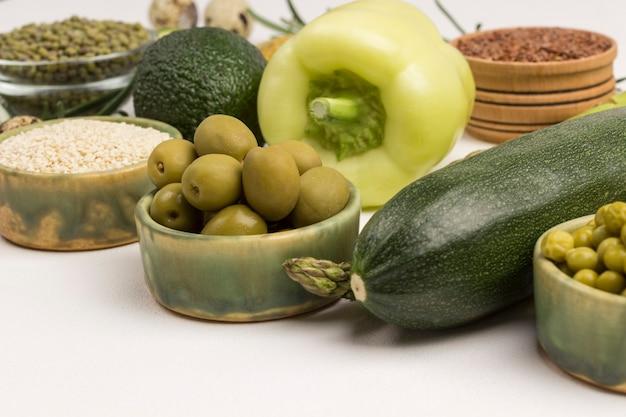 다이어트를위한 건강 식품. 녹색 채소, 퀴 노아 bulgur, 병아리 콩, 아마 아몬드 테이블에
