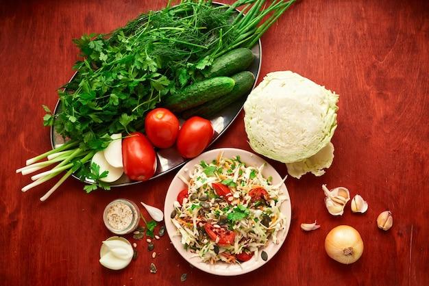 健康食品-木の背景に新鮮なみじん切り野菜、