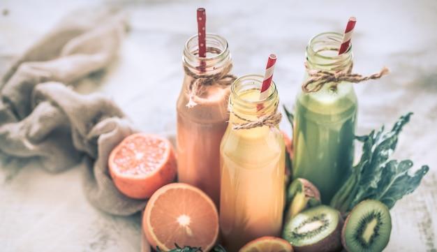 건강에 좋은 음식 신선한 주스와 과일