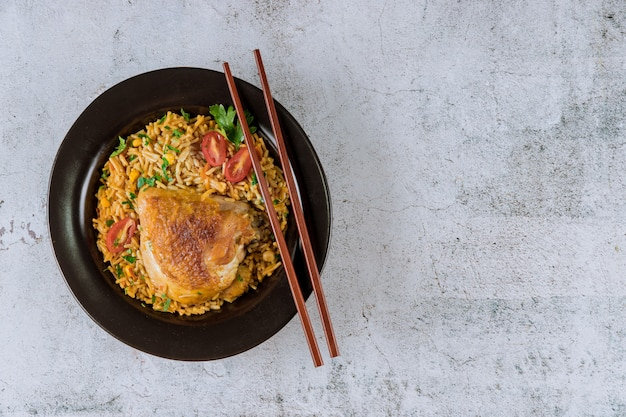 健康食品チャーハンチキントマトとパセリと箸
