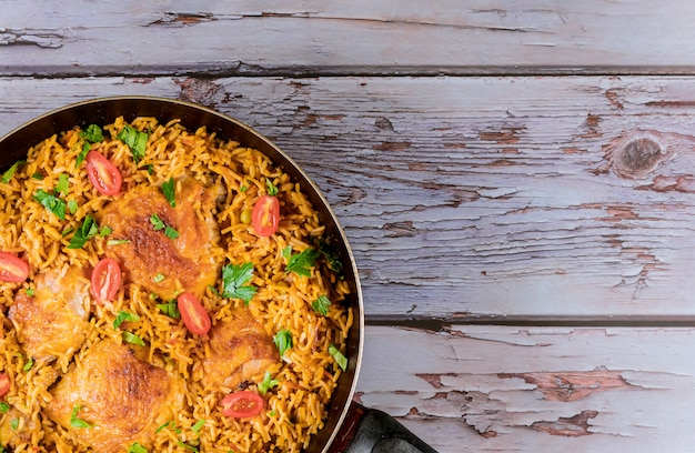 Здоровая пища жареная рисовая курица с помидорами и петрушкой