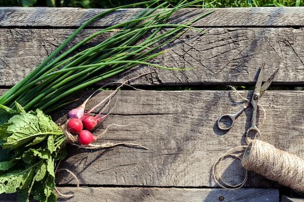 古い木製の背景の庭から健康食品