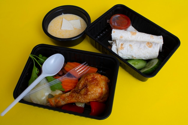 Домашний вид здорового питания на желтом