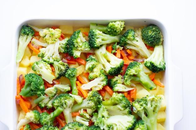 Здоровая пища в форме для выпечки.