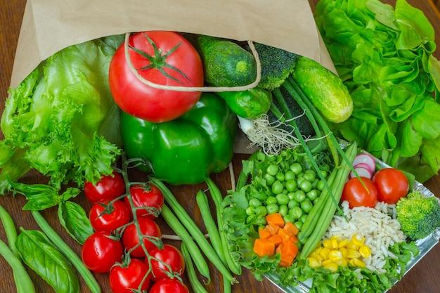 Здоровая еда в полном бумажном пакете разных продуктов, овощей. вид сверху.