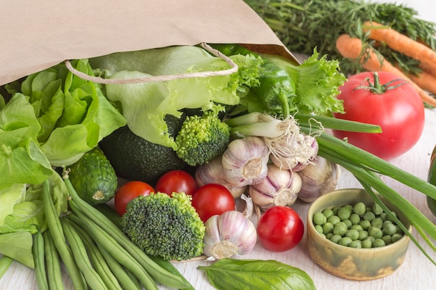 白のさまざまな野菜の紙袋で健康食品。上面図