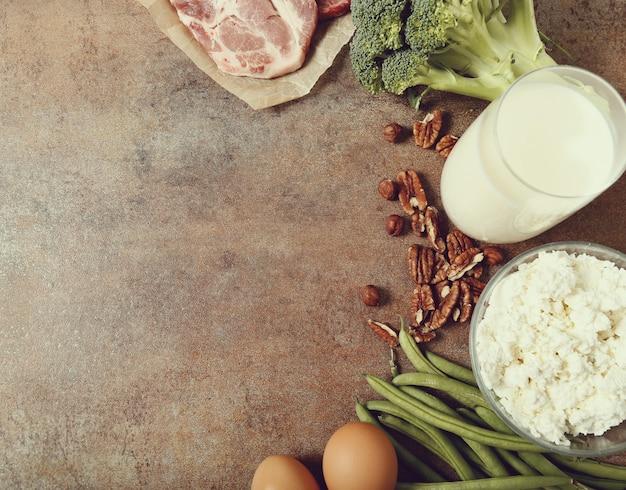 Здоровые пищевые ингредиенты на деревенском столе