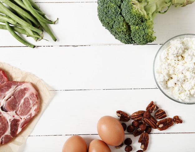 白い木製のテーブルの上の健康食品成分