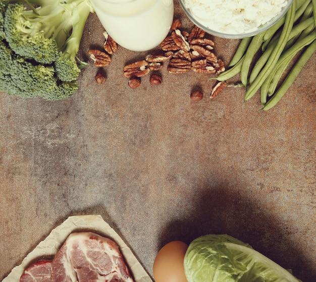 Ingredienti alimentari sani sul tavolo rustico