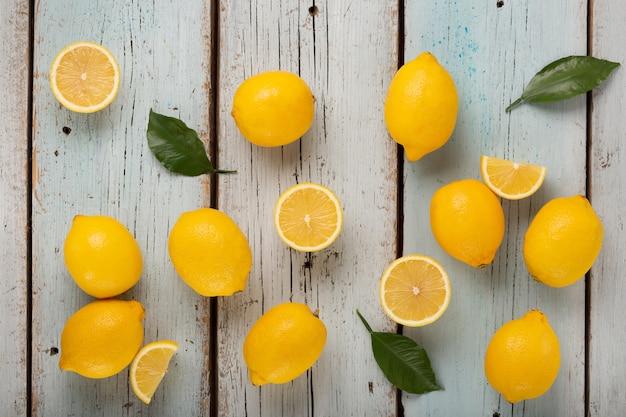 健康食品レモンのビタミンc源、青い木製の背景に多くのレモン