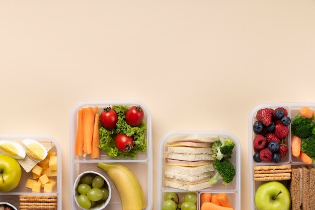 Disposizione di scatole per il pranzo di cibo sano con spazio di copia