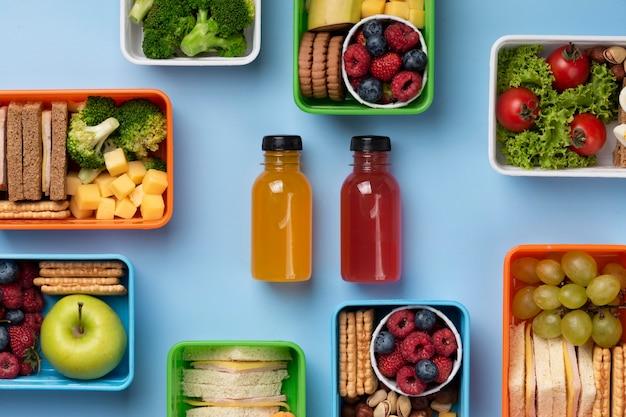 Assortimento di scatole per il pranzo per alimenti sani distese piatte
