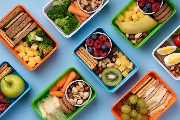 Vista dall'alto dell'assortimento di scatole per il pranzo di cibo sano
