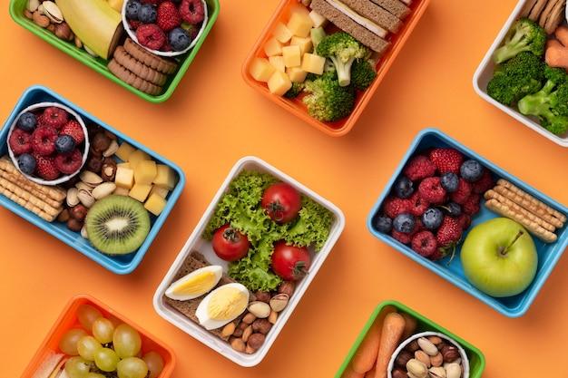 Vista dall'alto di scatole per il pranzo di cibo sano