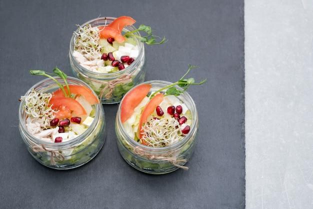 健康食品、マイクログリーンのメニュー。マイクログリーンの盛り合わせのサラダ。有機野菜、チーズ、鶏肉。健康的なライフスタイルと正しい概念、copyspaceを食べる。