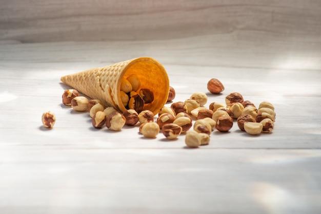 Здоровая пища микс орехи сушеные фрукты арахис фундук грецкие орехи чернослив сушеные абрикосы на деревянных фоне мешковины крупным планом