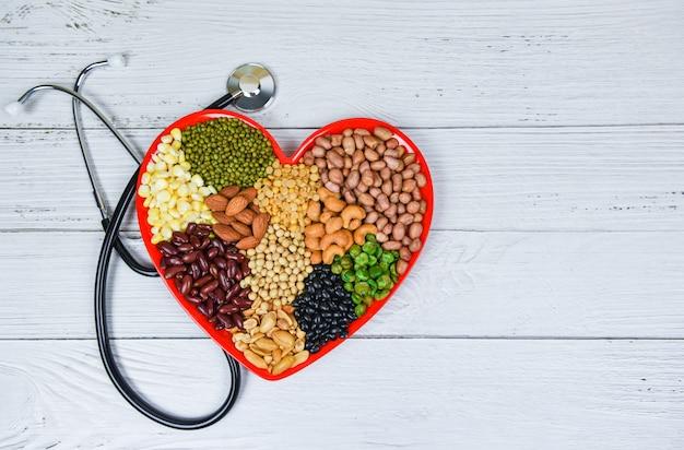 Здоровая пища смешала различные бобы орехи зерна