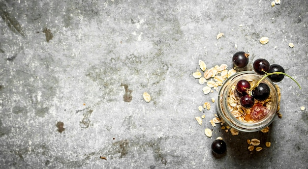 Здоровая пища. мюсли с черной смородиной. на каменном столе.