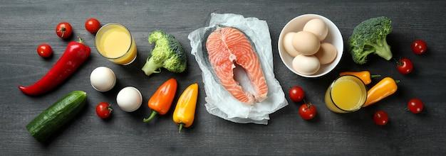 暗い木製の背景、上面図の健康食品