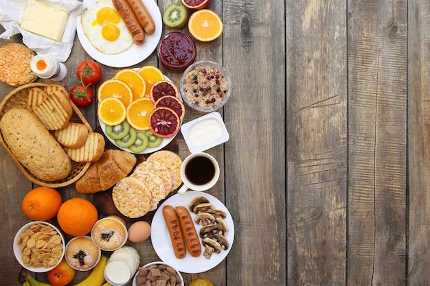 古い木製の背景に健康的な食べ物。朝ごはん。上面図。フラットレイ。