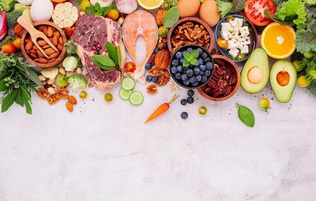 흰색 대리석 바탕에 건강에 좋은 음식