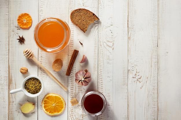 木製のテーブルの背景に健康食品