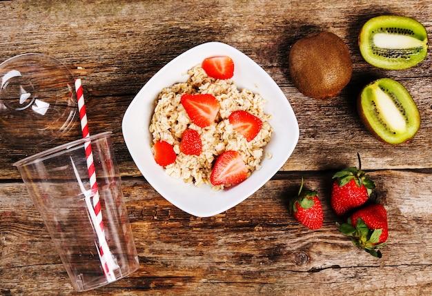 나무 테이블에 건강에 좋은 음식