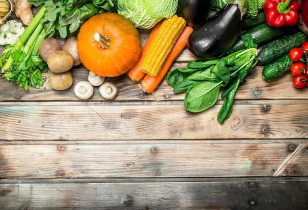 健康食品。有機果物と野菜。木製の背景に。