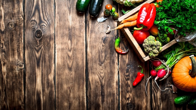 Здоровая пища. органические овощи в старой коробке. на деревянном фоне.