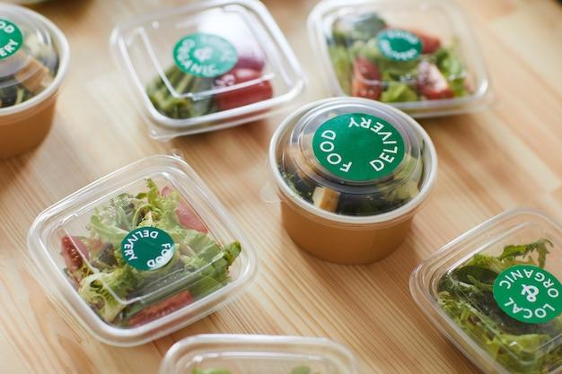 음식 배달 서비스에서 나무 테이블에 플라스틱 포장의 건강 식품 부분