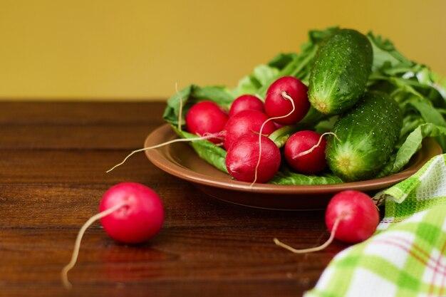健康食品。大根、きゅうり、緑の葉