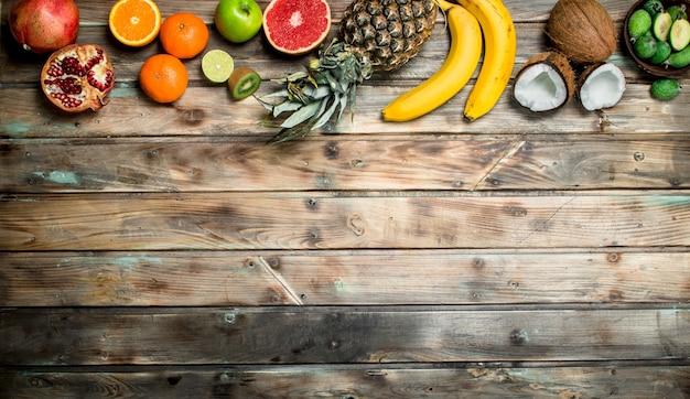 건강한 음식. 나무 테이블에 익은 유기농 과일.