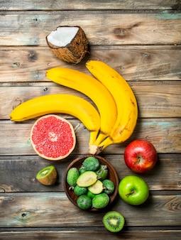 건강한 음식. 잘 익은 유기농 과일과 야채. 나무 배경.