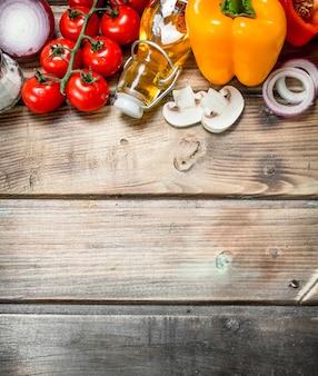 健康食品。スパイスと熟した有機野菜。木製の背景に。