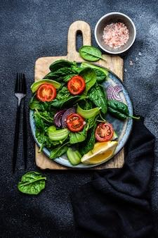 참깨와 신선한 유기농 시금치 잎으로 건강에 좋은 음식 샐러드