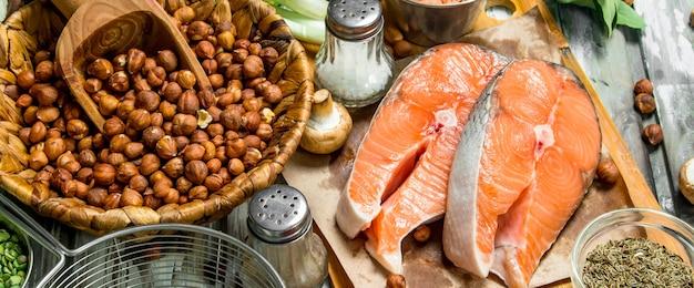 건강한 음식. 유기농 야채, 과일, 견과류와 연어. 소박한 테이블에.