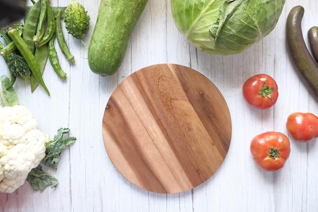 テーブルのまな板に新鮮な野菜と健康的な食品の選択