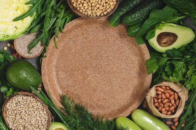 건강 식품 다이어트와 건강 요리에 대 한 프레임을 설정합니다. 천연 시리얼 플레이트-텍스트에 대 한 장소. 다른 시리얼, 씨앗, 야채. 채식 건강한 식생활 개념, 평면도