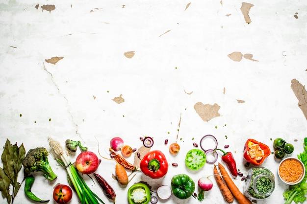 Здоровое питание ломтики свежих овощей и фруктов на деревенском фоне
