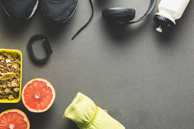 Cibo sano e articoli sportivi su grigio