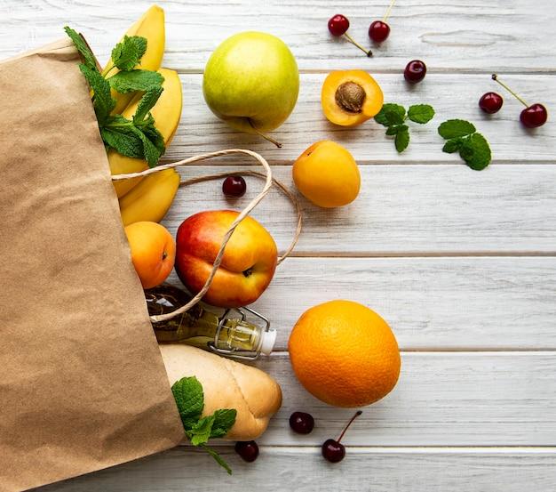 健康食品の表面。紙袋、果物、ベリーの健康食品