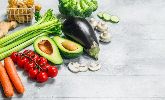 健康食品。さまざまな有機果物や野菜。素朴な背景に。