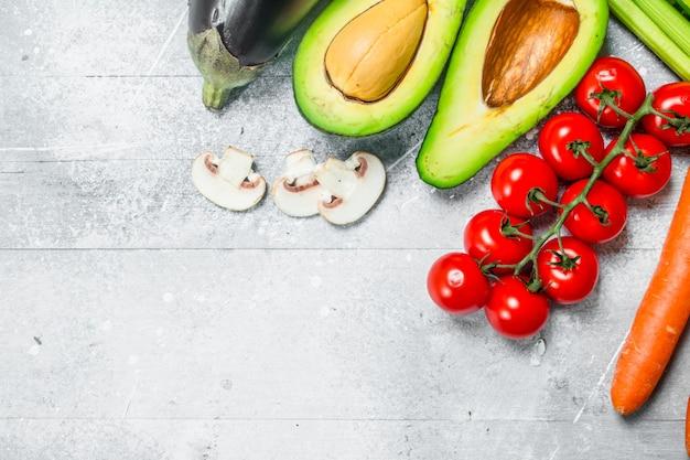 Здоровая пища. разнообразие органических фруктов и овощей. на деревенском столе.